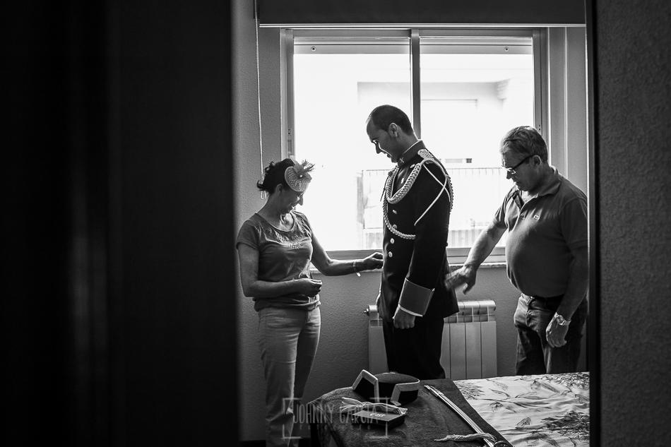Boda en Salamanca, Elia + Nacho, Nacho se viste con la ayuda de sus padre