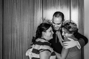 Boda en Salamanca, Elia + Nacho, Nacho abraza a sus hermanas