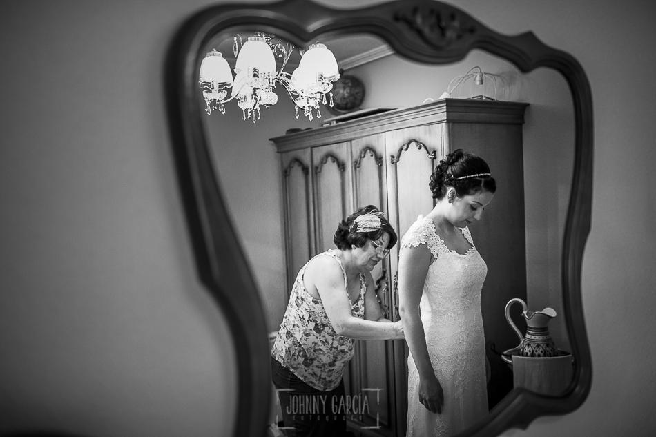 Boda en Salamanca, Elia + Nacho, la madre de Elia la ayuda con el vestido de novia