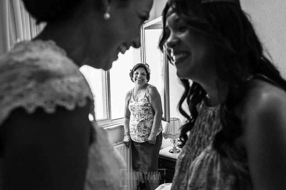 Boda en Salamanca, Elia + Nacho, Elia y su hermana rien con su madre mirandolas al fondo