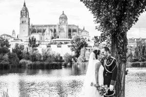 Boda en Salamanca, Elia + Nacho, un retrato de la pareja con el fonde de la catedral de salamanca