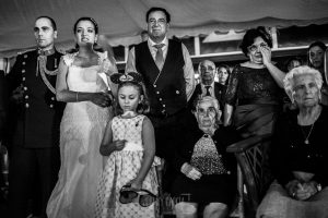 Boda en Salamanca, Elia + Nacho, los familiares y los novios emocionados en un momento de la ceremonia