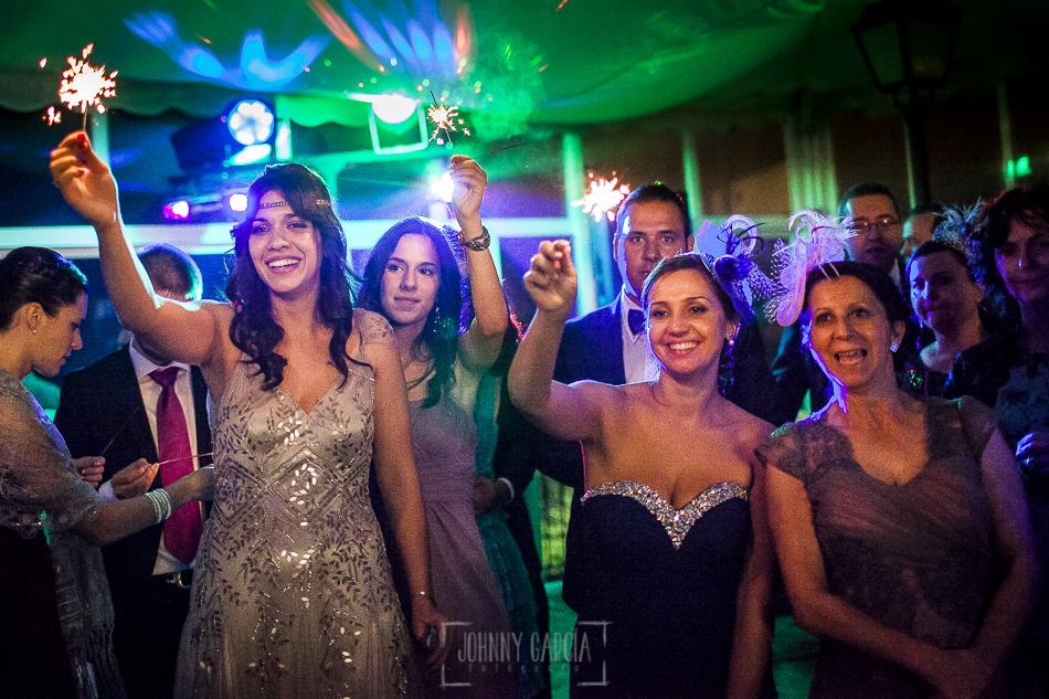 Boda en Salamanca, Elia + Nacho, amigos y familiares con bengalas en el momento del baile