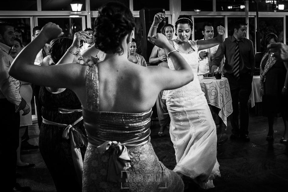 Boda en Salamanca, Elia + Nacho, Elia baila con una amiga un baile típico