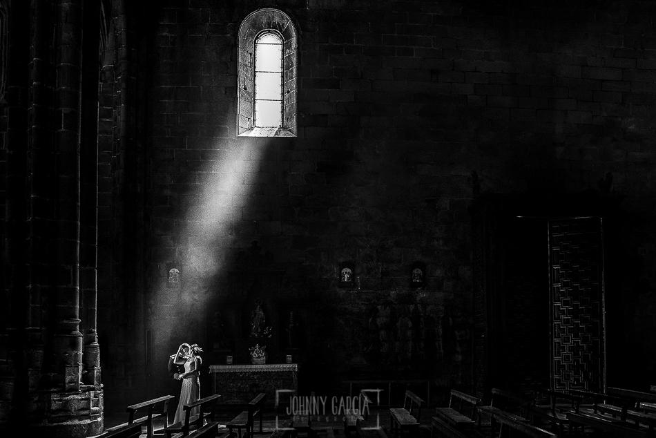 Postboda en Villatoro, Avila, Elia + Nacho, los novios dentro de la iglesia iluminados por una luz de un ventanal