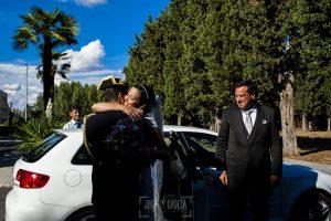 Boda en Salamanca, Elia + Nacho, Elia llega en coche a la ceremonia donde la espera Nacho