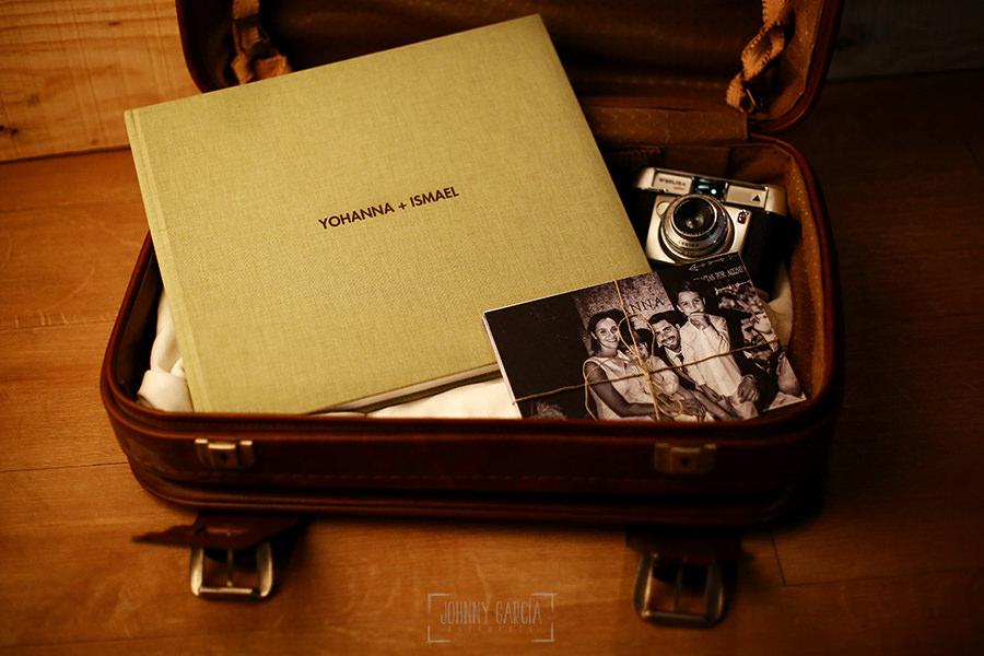 Ejemplo de libro de boda realizado por Johnny García. Lino arena con fotos.