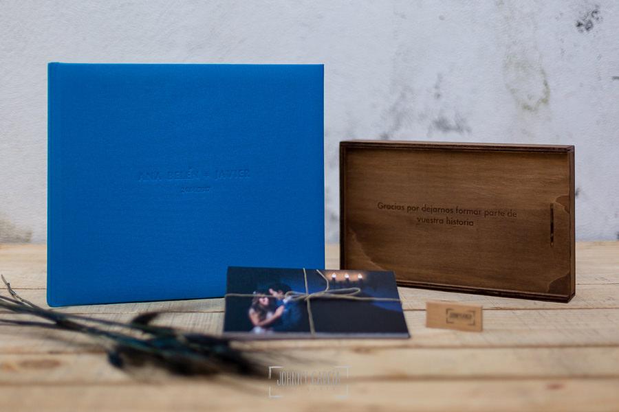 Ejemplo de libro de boda realizado por Johnny García. Lino azul.