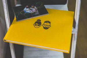 Ejemplo de libro de boda realizado por Johnny García. Lino amarillo con logo en laser.