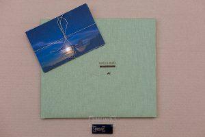 Ejemplo de libro de boda realizado por Johnny García. Lino verde tierra.