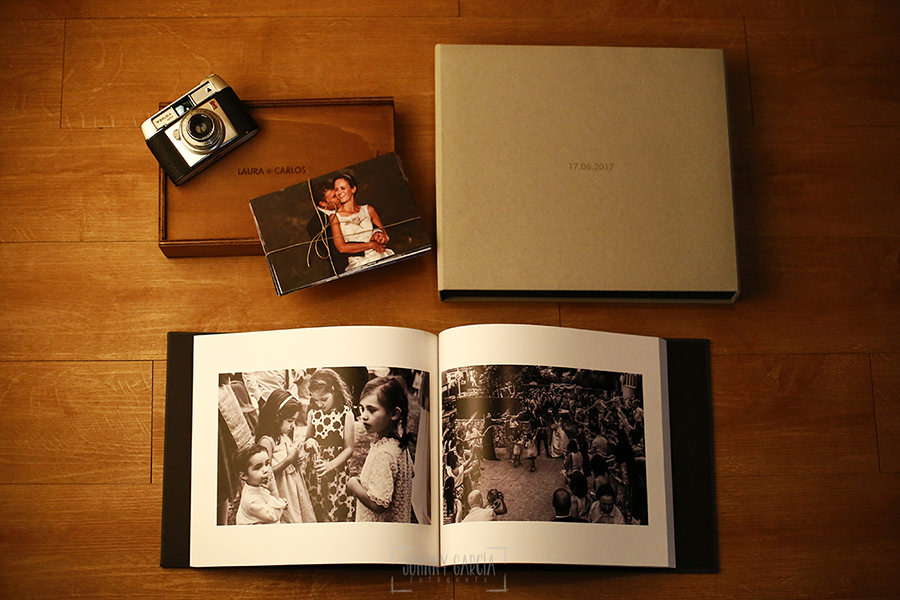Ejemplo de libro de boda realizado por Johnny García. Libro de boda abierto junto sus fotos