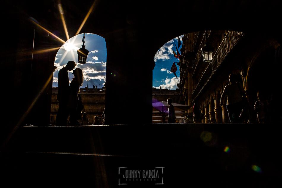 Pre boda en Salamanca, Cristina y Santiago a contraluz en la Plaza Mayor de Salamanca
