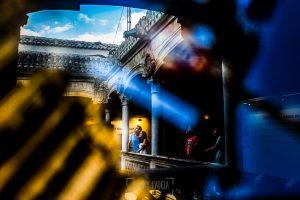 Pre boda en Salamanca, Cristina y Santiago reflejados en un cuadro de la biblioteca de Salamanca