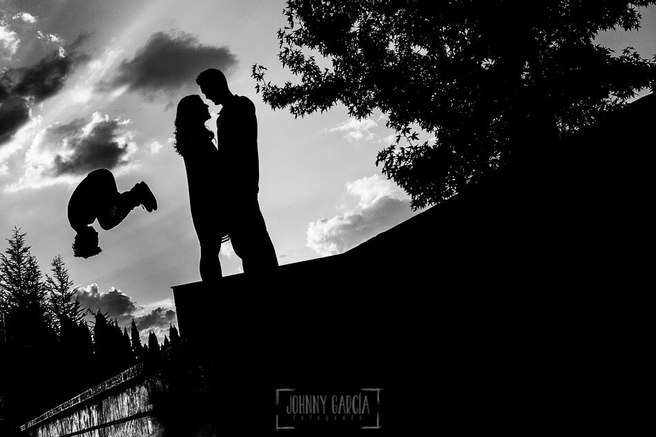 Pre boda en Salamanca, Cristina y Santiago y un chico realizando parkour