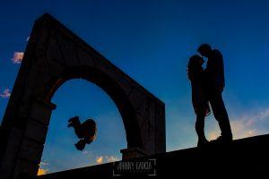 Pre boda en Salamanca, Cristina y Santiago a contraluz con un chaval practicando parkour al lado