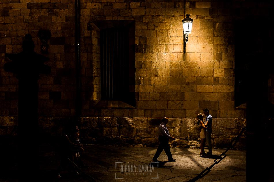 Pre boda en Salamanca, Cristina y Santiago en una calle de Salamanca debajo de una farola