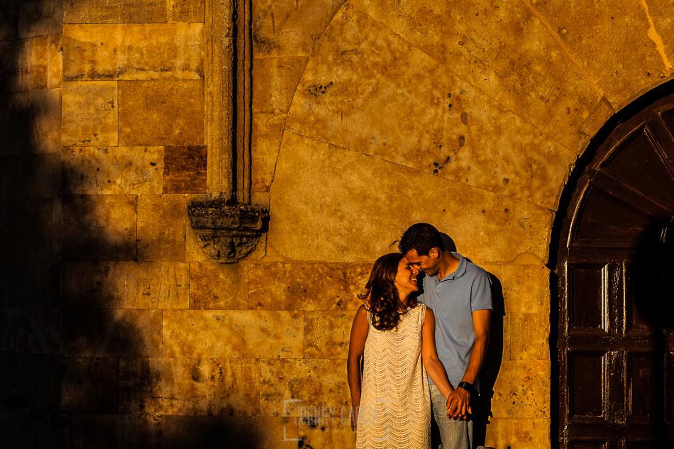 Pre boda en Salamanca, Cristina y Santiago por una calle de Salamanca