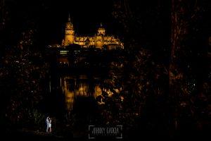 Pre boda en Salamanca, Cristina y Santiago con la catedral de Salamamca al fondo