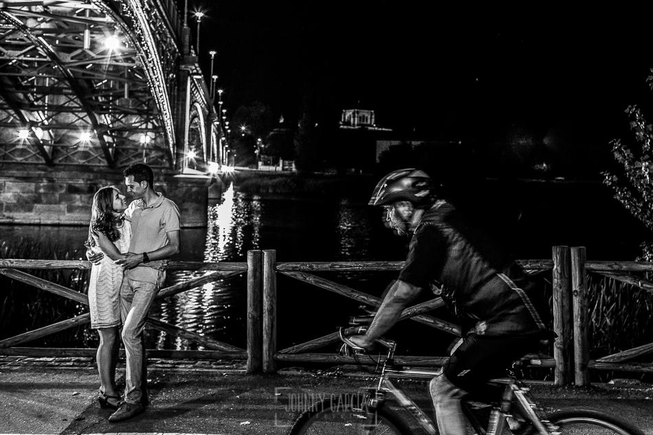 Pre boda en Salamanca, Cristina y Santiago , un ciclista pasa al lado de ellos
