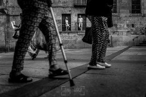 Pre boda en Salamanca, Cristina y Santiago al fondo entre las piernas de la gente que caminaba