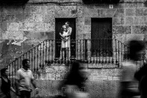 Pre boda en Salamanca, Cristina y Santiago subidos en unas escaleras de la parte antigua de Salamanca