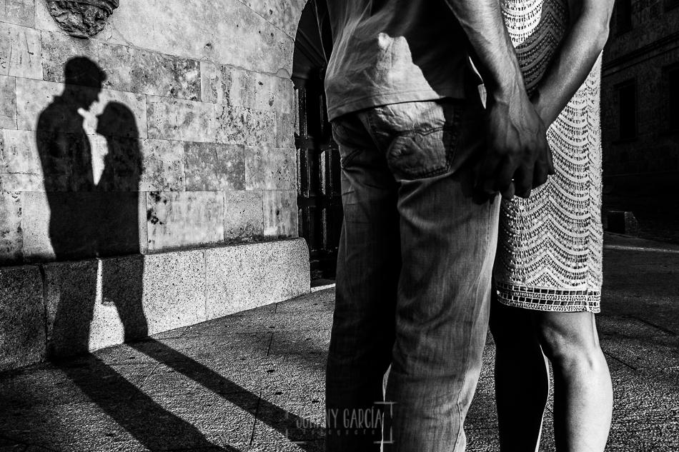 Pre boda en Salamanca, parte del cuerpo de Cristina y Santiago con su sombra