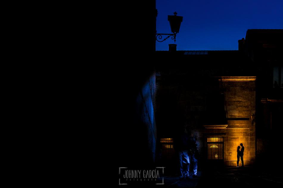 Pre boda en Salamanca, Cristina y Santiago delante de un foco de suelo del Hotel NH de Salamanca