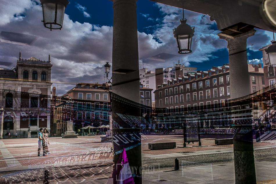 Pre boda en Valladolid, Alexandra + David, Alexandra y David en la plaza reflejados en el escaparate del Real Valladolid
