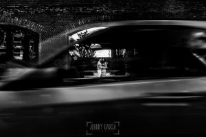 Pre boda en Valladolid, Alexandra + David, Alexandra y David vistos a través de un coche que pasaba