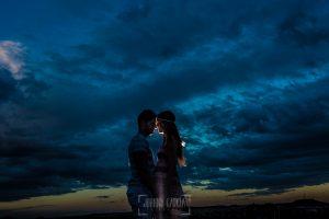 Pre boda en Valladolid, Alexandra + David, Alexandra y David a contraluz mientra anochecía
