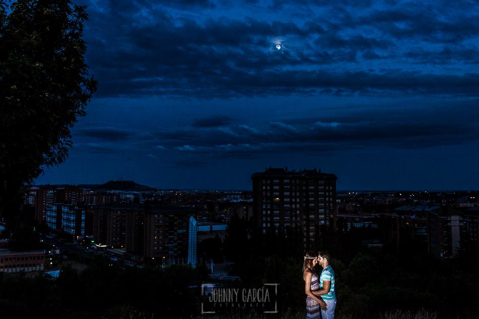 Pre boda en Valladolid, Alexandra + David, Alexandra y David al fondo Valladolid nocturno