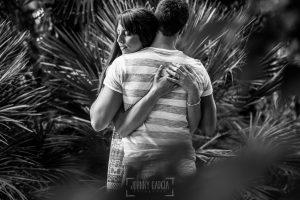 Pre boda en Valladolid, Alexandra + David, Alexandra y David abrazados en un parque de Valladolid