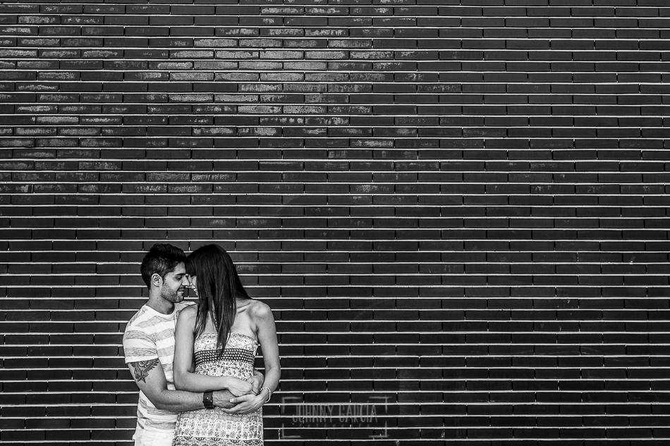 Pre boda en Valladolid, Alexandra + David, Alexandra y David delante de una pared de ladrillo