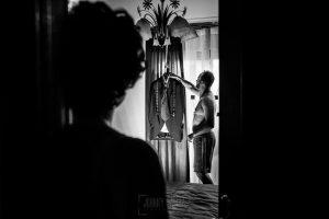 Boda en Hervás, Cáceres, Johnny García, fotógrafo de bodas en Extremadura, Ester y Juan Luis , 2015, Juan Luis coge su traje