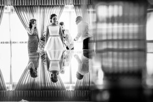 Boda en Hervás, Cáceres, Johnny García, fotógrafo de bodas en Extremadura, Ester y Juan Luis , 2015, familiares de ester la ayudan a vestirse