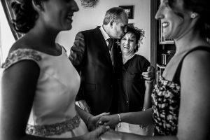 Boda en Hervás, Cáceres, Johnny García, fotógrafo de bodas en Extremadura, Ester y Juan Luis , 2015, los padres de Ester emocionados, en primer plano Ester junto a su hermana