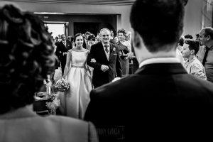 Boda en Hervás, Cáceres, Johnny García, fotógrafo de bodas en Extremadura, Ester y Juan Luis , 2015, Ester entra a la Ermita de la mano de su padre
