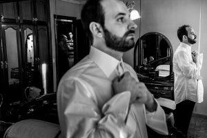 Boda en Hervás, Cáceres, Johnny García, fotógrafo de bodas en Extremadura, Ester y Juan Luis , 2015, Juan Luis se viste, al fondo en el pasillo su padre y hermano