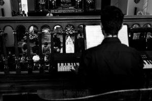 Boda en Hervás, Cáceres, Johnny García, fotógrafo de bodas en Extremadura, Ester y Juan Luis , 2015, una vista de los novios dese el coro de la Ermita