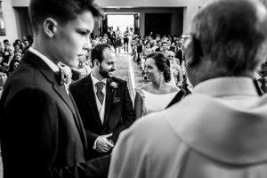 """Boda en Hervás, Cáceres, Johnny García, fotógrafo de bodas en Extremadura, Ester y Juan Luis , 2015, Los novios se miran y sonríen momentos antes del """"Sí, Quiero"""""""