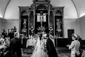 Boda en Hervás, Cáceres, Johnny García, fotógrafo de bodas en Extremadura, Ester y Juan Luis , 2015, la pareja se besa en la Ermita, al fondo el altar