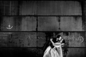 Boda en Hervás, Cáceres, Johnny García, fotógrafo de bodas en Extremadura, Ester y Juan Luis , 2015, un retrato de la pareja en la fachada del centro joven de Hervás