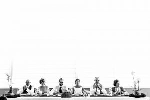 Boda en Hervás, Cáceres, Johnny García, fotógrafo de bodas en Extremadura, Ester y Juan Luis , 2015, la mesa de los novios, padres y pareja sentados observando a sus invitados