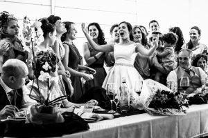 Boda en Hervás, Cáceres, Johnny García, fotógrafo de bodas en Extremadura, Ester y Juan Luis , 2015, Ester anima a sus amigas cuando se acercan con ella a la mesa nupcial