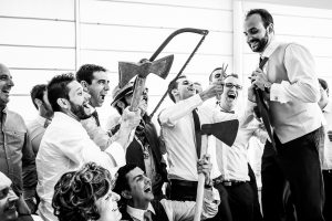 Boda en Hervás, Cáceres, Johnny García, fotógrafo de bodas en Extremadura, Ester y Juan Luis , 2015, los amigos de Juan Luis cargados de herramientas para cortar la corbata al novio