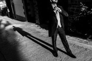 Boda en Hervás, Cáceres, Johnny García, fotógrafo de bodas en Extremadura, Ester y Juan Luis , 2015, un retrto de Juan Luis en la calle junto a su sombra