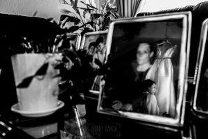 Boda en Hervás, Cáceres, Johnny García, fotógrafo de bodas en Extremadura, Ester y Juan Luis , 2015, un retrato de Ester reflejado en un cuadro con la imagen de su abuela