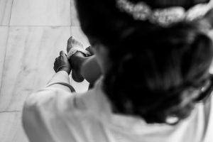 Boda en Hervás, Cáceres, Johnny García, fotógrafo de bodas en Extremadura, Ester y Juan Luis , 2015, Ester se pone sus medias