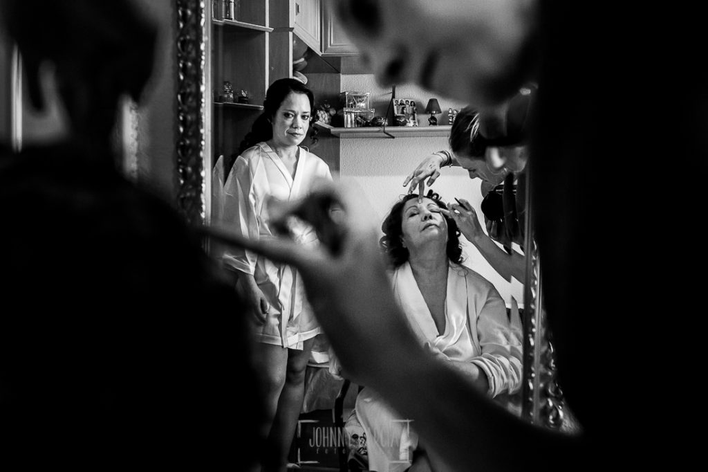Boda en Caceres, Maria e Isidro, realizada por el fotografo de bodas en Caceres Johnny Garcia, Extremadura, María observa a su madre mientras la maquillan