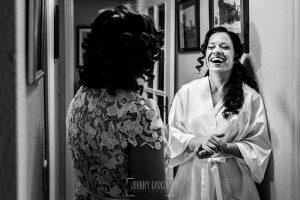 Boda en Caceres, Maria e Isidro, realizada por el fotografo de bodas en Caceres Johnny Garcia, Extremadura, María ríe con su madre